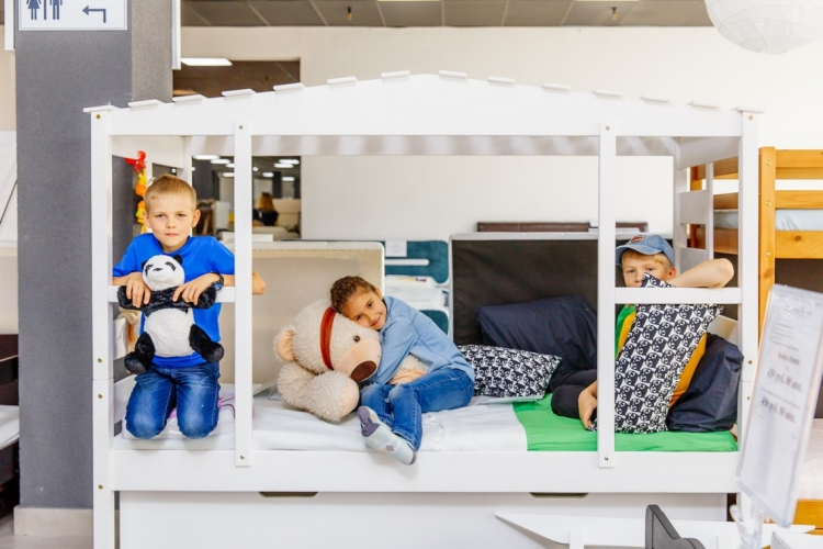 «Я бы такую хотела. Только маме не понравится». Детям доверили выбрать мебель для своих комнат.