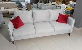 Прямой диван в скандинавском стиле